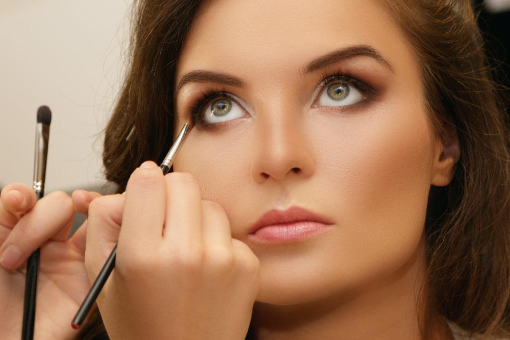 Femme entrain d'être maquillée