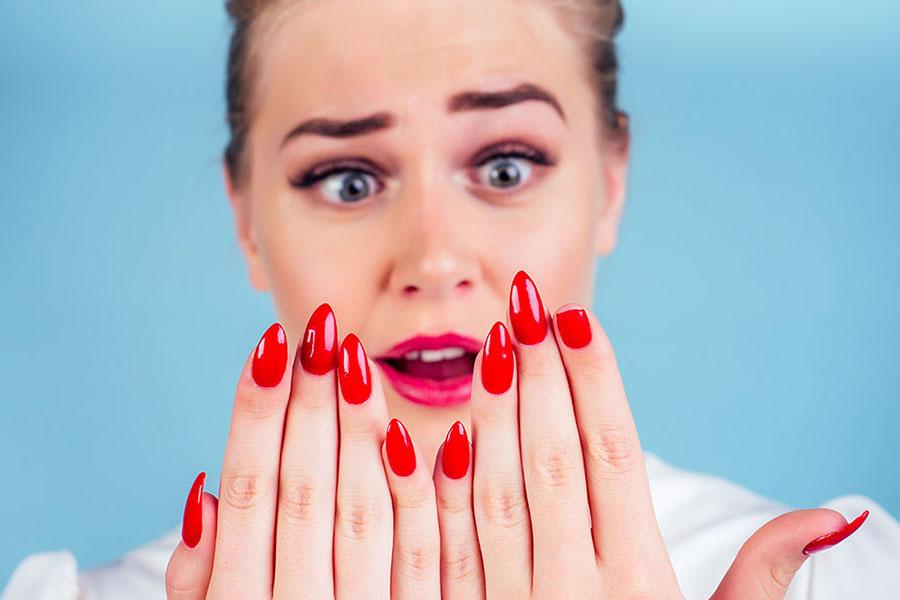 femme avec un ongle cassé