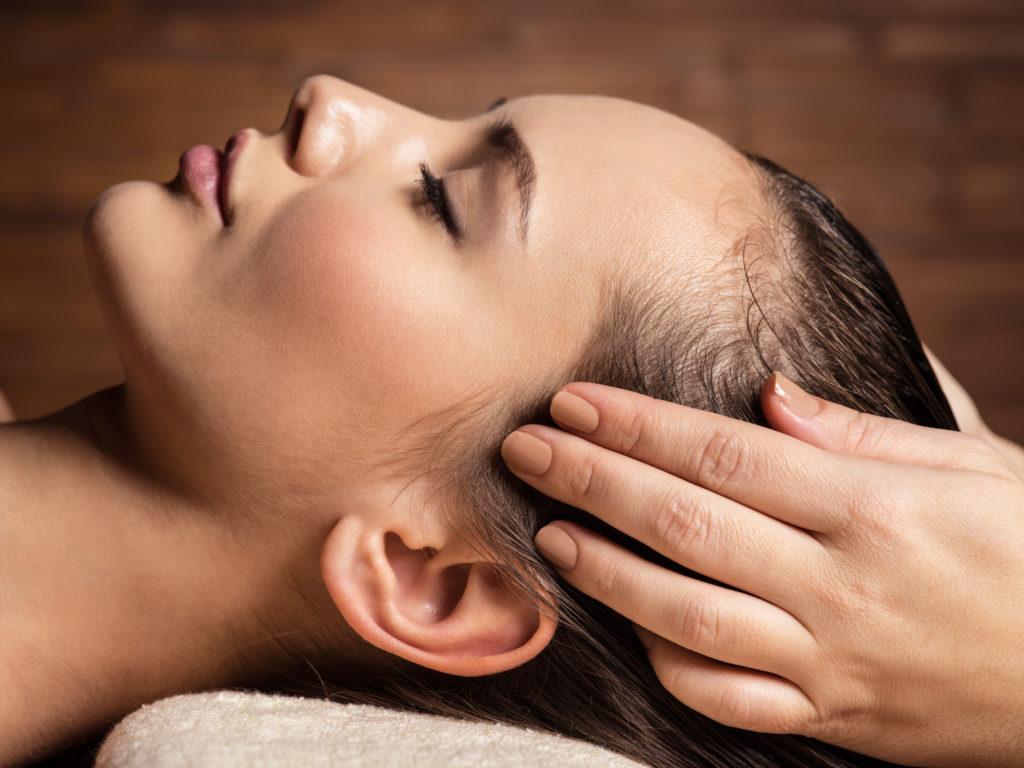 femme entrain de se faire masser la tête
