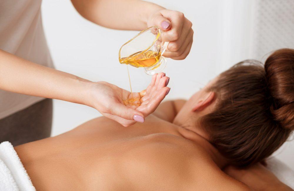 Massage du dos à l'huile d'amande